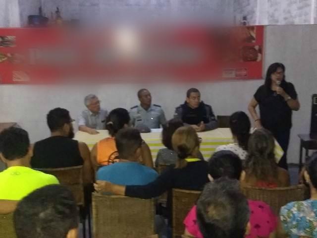 Moradores discutem com PM e Macapaluz a violência no Marabaixo I