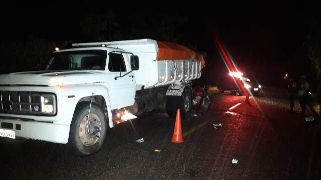 Motociclista morre ao colidir contra caçamba estacionada no escuro