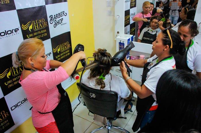 Make-up e cabelos: mulheres aprendem técnicas em curso e já podem ganhar dinheiro