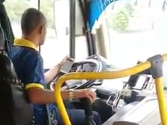 Em Macapá, motorista de ônibus é flagrado dirigindo e olhando o celular
