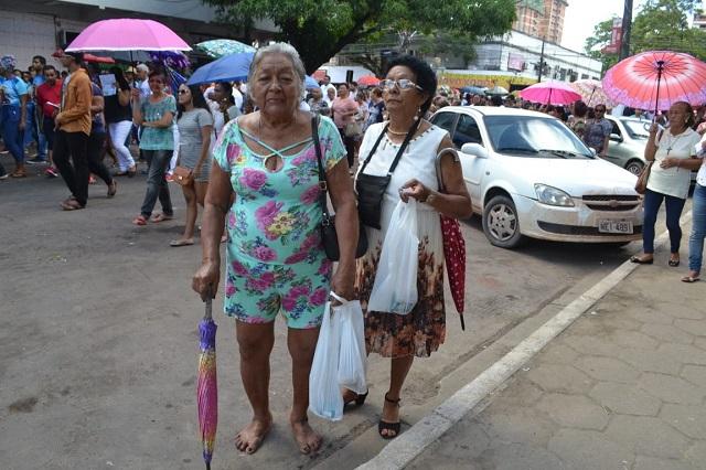 Fiéis usam sacolas para não sujar ruas durante procissão de São José
