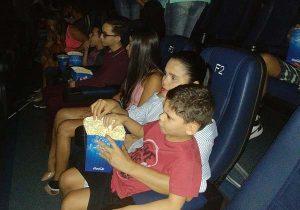 Sobreviventes do câncer, crianças ganham sessão de cinema