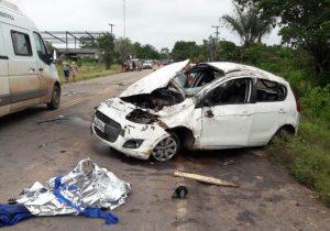 Ao voltar de festa em comunidade, carro capota e deixa 2 mortos