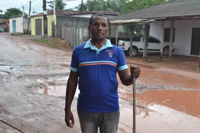 """""""É o jeito se arriscar"""", diz morador cego em rua com buracos e lama"""