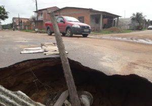 Moradores temem acidente em rua com cratera de 2 metros