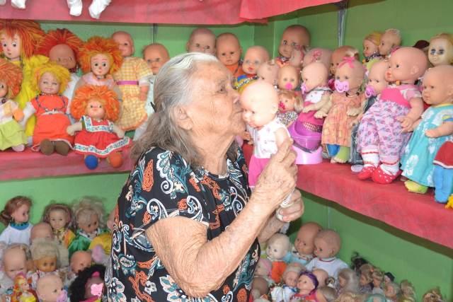 Em Macapá, aposentada de 106 anos tem coleção com 600 bonecas
