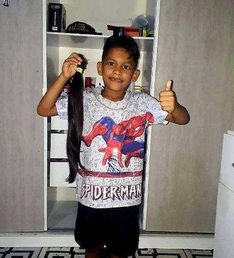 Menino de 7 anos corta cabelo para doar a crianças com câncer