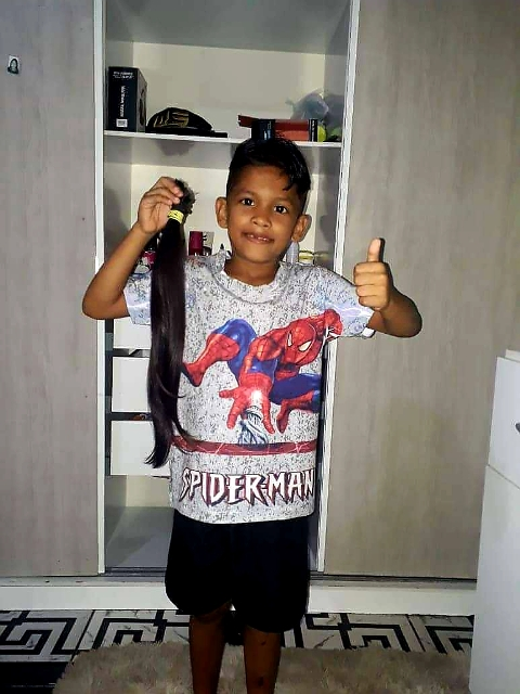 Menino De 7 Anos Corta Cabelo Para Doar A Crianças Com