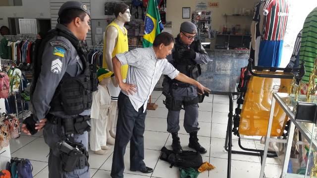 Após bandidos quebrarem pela 3ª vez vitrine de loja, empresário desabafa