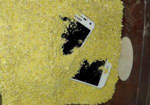 Detentos escondiam celulares na farinha