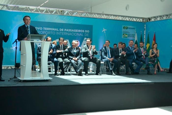 Ao inaugurar aeroporto, Bolsonaro anuncia abertura da Renca e colégio militar no AP