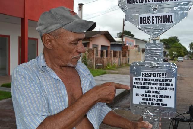 Em Macapá, ciclista idoso anda com avisos de alerta no trânsito