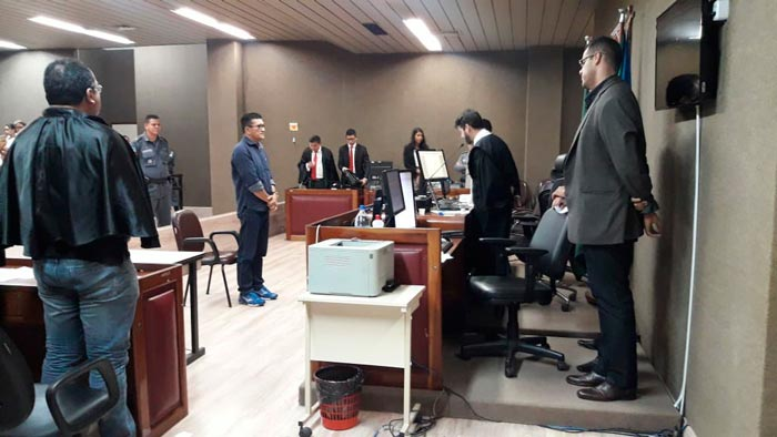 Julgamento de tenente termina com protestos de parentes da vítima
