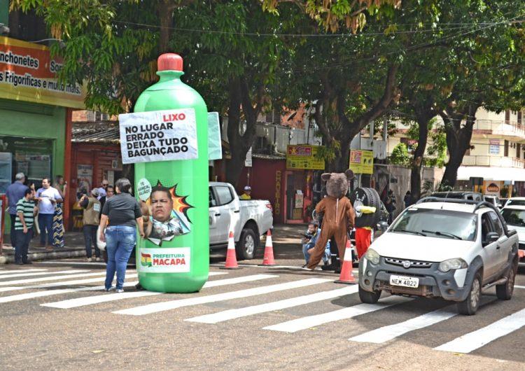 Descarte incorreto: garrafa pet gigante é usada em alerta