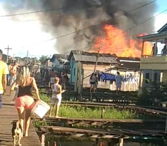 Com água do lago, moradores de área preservada evitam que incêndio avance