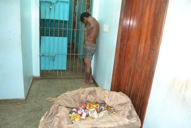 Homem é preso por furtar 40kg de latinhas