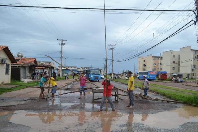 Moradores fecham rua que tem buraqueira e esgoto transbordando