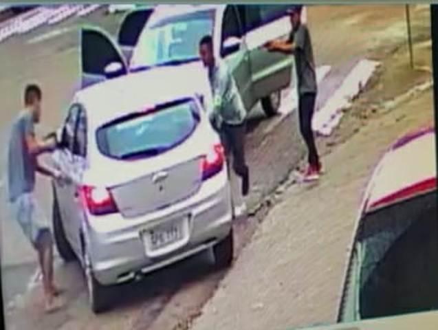 VÍDEOS mostram carro com malote de dinheiro sendo roubado