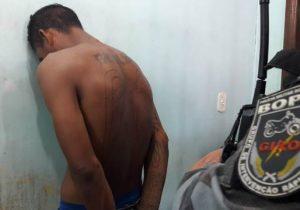 Com espingarda e crack em casa, membro de facção é preso