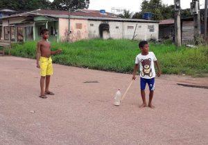 Brincadeira raiz: os meninos que preferem tacobol a celular