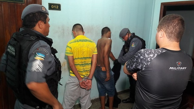 Dupla rouba moto com GPS, mas é capturada após perseguição policial