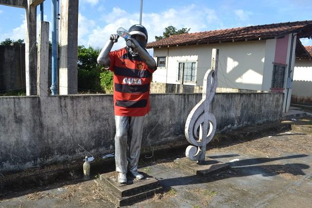 Moradores 'chacotam' estátua de ícone da cultura do Amapá