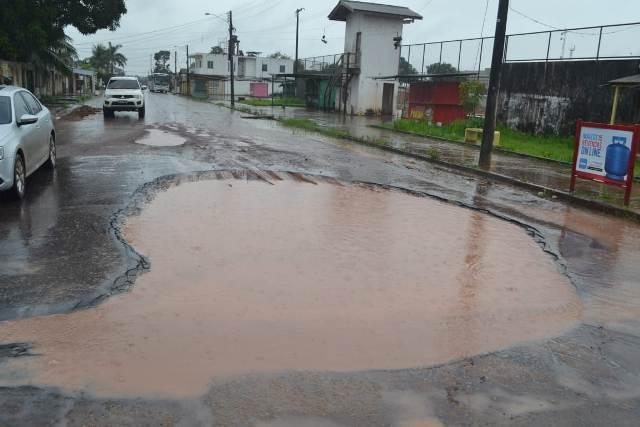 """Rua no Zerão tem """"piscina"""" de lama"""