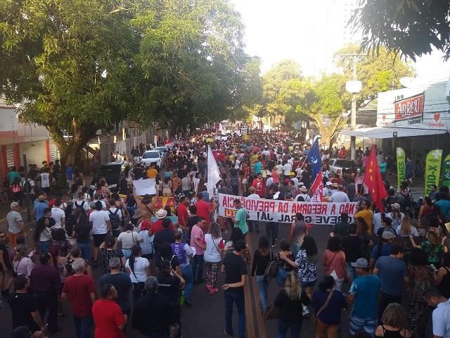 Amapaenses voltam às ruas contra o corte de verbas para a Educação
