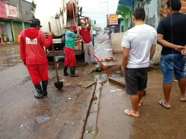 Em Macapá, desobstrução de bueiros evita transbordamentos