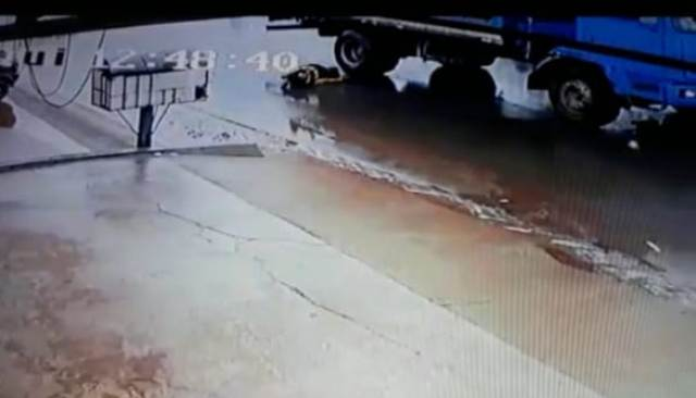 Mototaxista é arrastado por caminhão e morre no HE