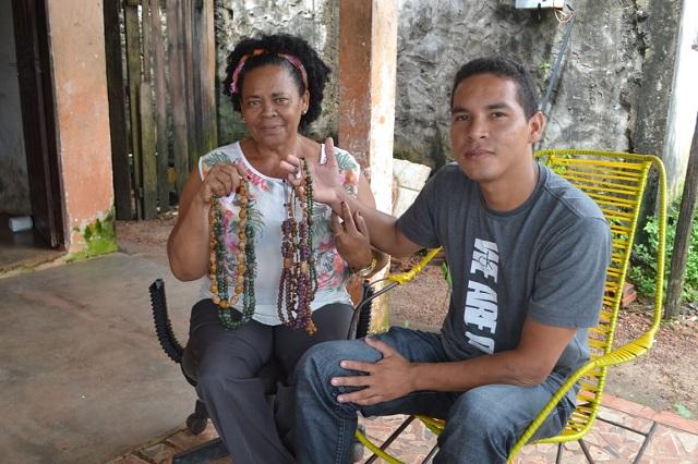 Artesã faz campanha para filho concluir curso de medicina na Bolívia