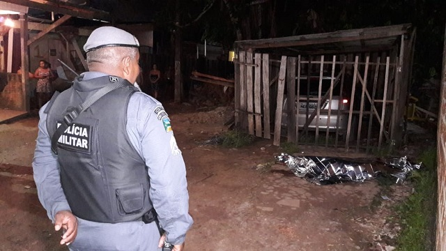 Bandidos mandam homem descer de carro e o executam em beco escuro