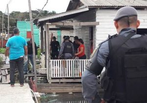 Atiradores pedem água, invadem casa e matam jovem