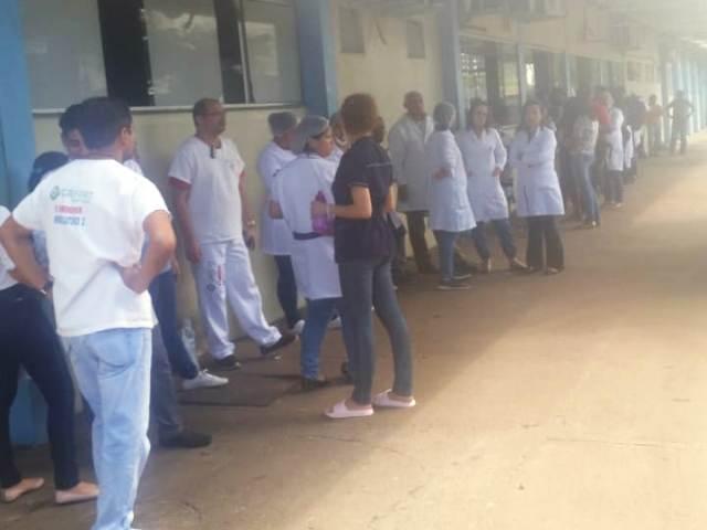 Sem alimentação e insumos, funcionários paralisam setor do HE