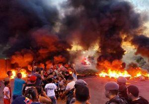 Por asfalto, luz e água, manifestantes ateiam fogo em rodovia
