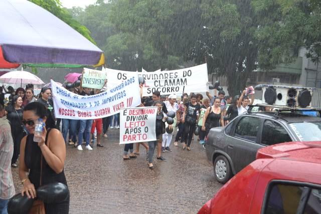 Na chuva, servidores e pacientes pedem investimentos na Maternidade Mãe Luzia