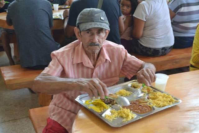 """""""A boia é boa"""", diz idoso em reabertura do Restaurante Popular"""