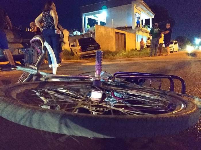 Motorista atropela criança, ciclista e colide contra muro de residência