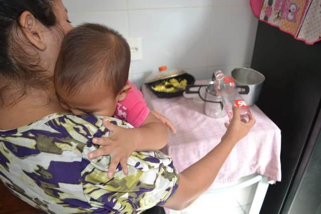 Cozinhando com álcool, mãe precisa de ajuda para exames da filha
