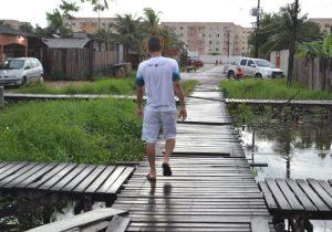 Em Macapá, jovem atravessa a cidade andando para estudar