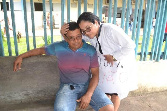 Em meio a protesto, pai chora por filho que precisa de cirurgia