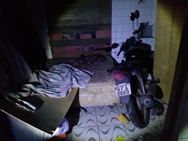 Criminoso usava feira abandonada para morar e esconder moto furtada