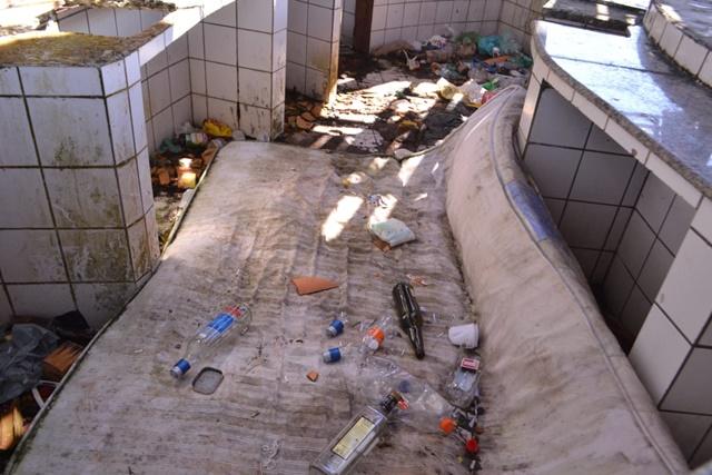 Quiosques abandonados viram dormitórios de moradores de rua