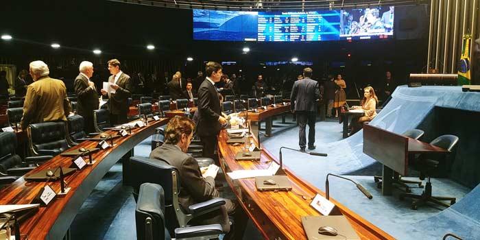 Senado aprova projeto de Randolfe, e derruba decreto das armas