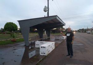 Por conta própria, morador de Santana revitaliza placa e ponto de ônibus tradicional