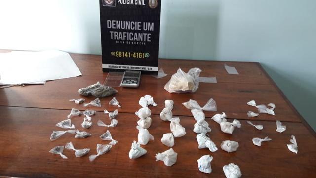 """""""Distribuidor"""" de bocas de fumo é preso após receber drogas em casa"""
