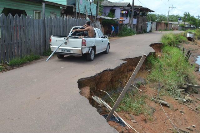 Erosão engole rua em Macapá