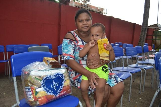 """""""Meus filhos não terão fome por alguns dias"""", diz mãe ao ganhar cesta básica"""