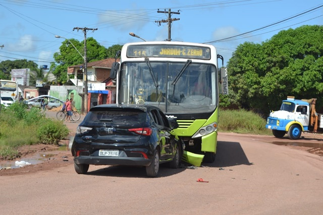Acidente entre carro superlotado e ônibus deixa 4 feridos
