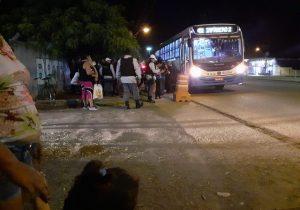 Em roubo organizado, assaltantes de ônibus têm apoio de carro prata na fuga